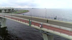 在人行桥的行动挑战活跃正面公赛跑者的 股票视频