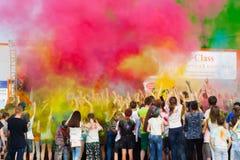 在人被喷洒很多油漆对场面 颜色Holi节日在切博克萨雷,楚瓦什人共和国,俄罗斯 05/28/2016 免版税库存照片