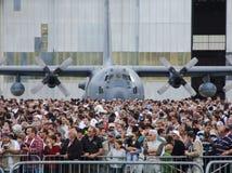 在人观看的airshow后人群的C-130赫拉克勒斯航空器  免版税库存照片