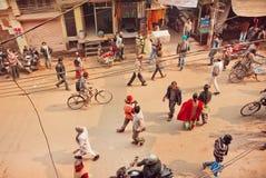 在人走的乘坐在印度城市拥挤的街的顶视图和骑自行车者  免版税库存图片