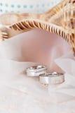 在人造白金的婚戒 免版税库存图片