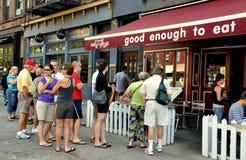 在人餐馆表等待之外的nyc 免版税库存图片