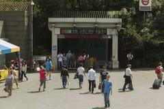 在人, s方形的地铁站的入口在上海,中国 库存图片