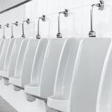 在人洗手间的白色尿壶 免版税库存照片