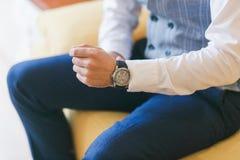 在人` s手上的手表 新郎为婚礼做准备 特写镜头射击 免版税库存照片