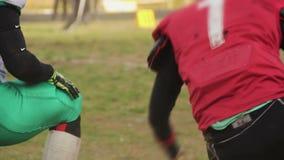 在今后传球以后被攻击和应付的足球运动员,烤架比赛 影视素材