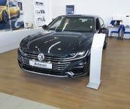 在介绍Arteon大众汽车展示会的乌克兰基辅2018 2月25日,新的汽车 图库摄影