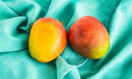 在从上面被观看的一块绿色布料的成熟芒果 免版税图库摄影