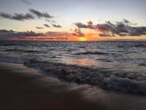 在从在考艾岛海岛上的Kapaa看见的太平洋上的紫色日出在夏威夷 免版税库存图片