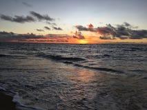 在从在考艾岛海岛上的Kapaa看见的太平洋上的紫色日出在夏威夷 库存照片