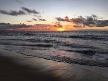 在从在考艾岛海岛上的Kapaa看见的太平洋上的紫色日出在夏威夷 免版税图库摄影