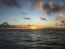 在从在考艾岛海岛上的Kapaa看见的太平洋上的紫色日出在夏威夷 图库摄影