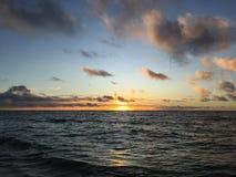 在从在考艾岛海岛上的Kapaa看见的太平洋上的紫色日出在夏威夷 免版税库存照片