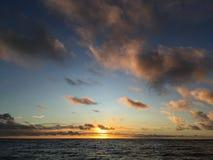 在从在考艾岛海岛上的Kapaa看见的太平洋上的紫色日出在夏威夷 库存图片