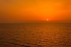 在从在航海的一条小船看见的海的壮观的日落 免版税图库摄影