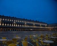 在从弗洛里安咖啡馆看见的老Procuratie的日出的照片在圣马可广场在威尼斯,意大利 图库摄影
