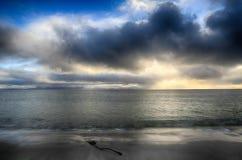 在从海滩看见的大西洋的日落 免版税库存照片