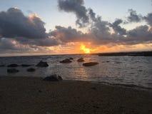 在从海滩看见的太平洋上的日出在考艾岛海岛,夏威夷上的Kapaa 库存图片