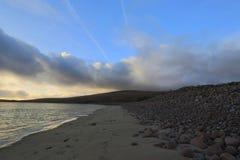 在从石海滩看见的大西洋的日落 免版税库存图片