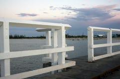 在从跳船观看的岸的日落,Busselton,WA,澳大利亚 免版税库存图片