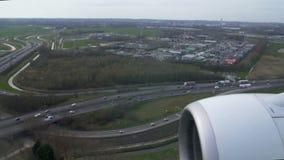 在从飞机窗口看见的高速公路的活跃交通,航行器着陆,运输 股票录像