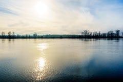 在从Trans加拿大足迹观看的弗拉塞尔河的日落在Bonson公共附近在匹特草原 库存图片