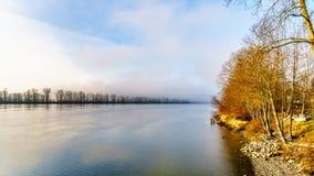 在从Trans加拿大足迹观看的弗拉塞尔河的雾在Bonson公共附近在匹特草原 免版税库存图片
