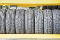 在仓库的车胎在轮胎商店 免版税图库摄影