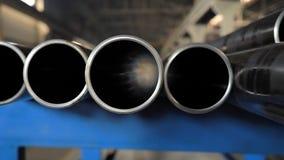 在仓库的金属管子,金属管子行在工业仓库的 工业内部, 股票录像