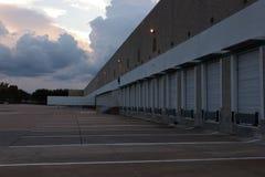 在仓库装货场的晚上 免版税库存照片