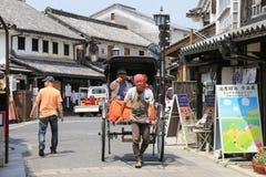 在仓敷,日本街道上的Pedicab指南  免版税库存图片