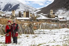 在他们的传统地方服装的英王乔治一世至三世时期年轻夫妇在Ushguli,乔治亚 免版税图库摄影