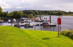 在他们的停泊的游船本季末在河Bann的Drumaheglis小游艇船坞和有蓬卡车手段在县 免版税库存图片
