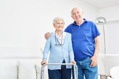 在他们的公寓的愉快的前辈夫妇 库存图片