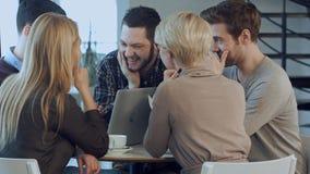 在他们的办公室的年轻设计师创造性的队在非正式会议期间 库存照片