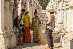 在他们的婚礼摄影师教练的典雅的衣裳的缅甸夫妇 免版税库存图片