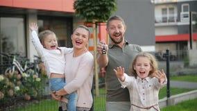 在他们的新房附近的愉快的家庭 实际概念的庄园 他们一起获得很多乐趣 股票视频
