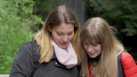 在他们的旅途上的年轻女人到Glencar瀑布在爱尔兰 影视素材