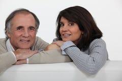 在他们的沙发的夫妇。 免版税图库摄影