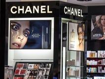 在他们的贝尔格莱德主存看的香奈儿商标在晚上 可可・香奈尔,是欧洲人豪华物品公司著名为它的香水 免版税库存照片