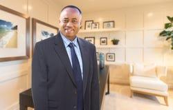 在他的内政部里面的英俊的非裔美国人的商人 库存图片