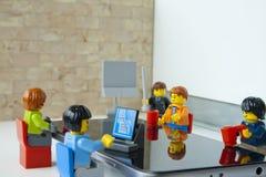在他的办公室控制作报告他的队 免版税库存图片