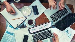 在他的工作场所的团队工作 免版税库存照片