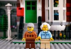 在他的房子对面的乐高资深夫妇在街道上 免版税图库摄影