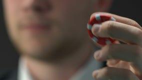 在他的手指的人转动的芯片,考虑比赛战略,呼吁运气 股票录像