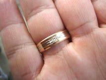 在他的手指的婚戒 免版税库存图片