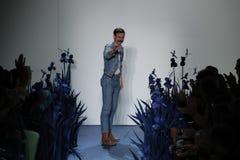 在他的时装表演期间,设计师亚当Selman招呼观众 库存图片