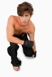 在他的膝盖的武术战斗机 免版税库存图片