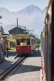 在他的途中的老旅客列车对从Interlake的Schynige普拉特 库存照片
