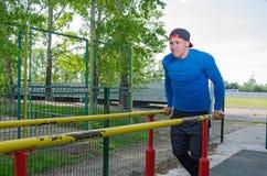 在他的锻炼期间的年轻运动员 库存图片